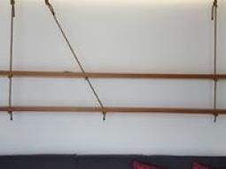 Półki w sypilani i salonie podwieszane na linach.