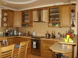 Kuchnie klasyczna z frontami wykonanymi z drewna dębowego - TYP02 DĄB ŻÓŁCIEŃ. Ciepła oraz stonowana kolorystyka mebli w sposób harmonijny łączy się z pozostałą częścią domu.