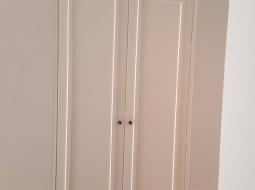 Szafy z frontami mdf-u lakierowanego na półmat. Siedzisko tapicerpwane.