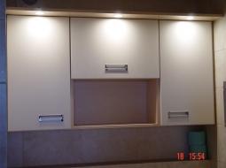 Komplet szafek wiszących z panelem oświetleniowym. Fronty wykonane z MDF-u lakierowanego na półmat z wpuszczanymi uchwytami.