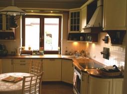 Meble kuchenne klasyczne. Fronty z drewna dębowego w kolorze WANILIA PATYNA w połączniu z blatami drewnianymi NATURALNY PALISANDER dało oczekiwany bardzo dobry efekt.