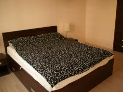 Komplet mebli do sypialni. Łóżko z szufladami na pościel, szafeczki nocne, zabudowa wnęki. Całość utrzymana w ciemnej kolorystyce - płyta meblowa limba czekoladowa.