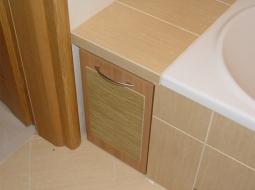 Skrzynia wysuwana na kółkach z przyklejonym dekorem glazury. Doskonale sprawdza się w roli kosza na bieliznę.