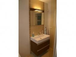 Szafka łazienkowa podwieszana. Wymiary dopasowujemy do każdej umywalki indywidualnie. Nowoczesny charakter podkreślają długie na całą szerokość czoła szuflady uchwyty aluminiowe - listwowe. Nad szafką zostało zamontowane do kompletu lustro z oświetleniem.