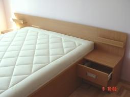 Łóżko konstrukcji skrzyniowej z materacem oraz szafeczki nocne. Materiał - płyta meblowa w kolorze drewna bukowego. Uchwyty nowoczesne wpuszczane aluminiowe.