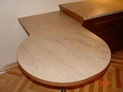 Stół podwieszany wykonany z płyty laminowanej HPL o podwyższonej odporności na ścieranie i temperaturę. Wąska powierzchnia została okleinowana obrzeżem PCV grubości 2mm dobranym pod kolor mebli.