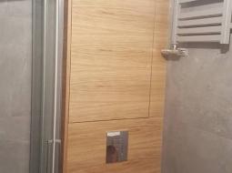 Zabudowa łazienki. Forni dąb naturalny. Szafka we wnęce MDF lakierowany.