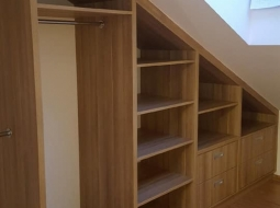 Garderoba na poddaszu dopasowana do skośnego stropu. Korpusy płyta laminowana drewnopodobna, plecy HDF biały.