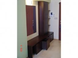 Komplet mebli do przedpokoju wykonany z elementów fornirowanych wenge w oparciu o wytyczne dekoratora wnętrz. Dostosowany do potrzeb użytkowników.