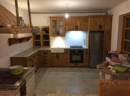 Kuchnia wykonana z bejcowanego drewna sosnowego wg wskazówek Klienta - na podstawie przykładowego zdjęcia.