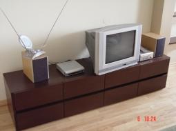 Szafki pokojowe fornirowane pod sprzęt RTV z miejscem na płyty CD w szufladach otwieranych w sposób bezuchwytowy.